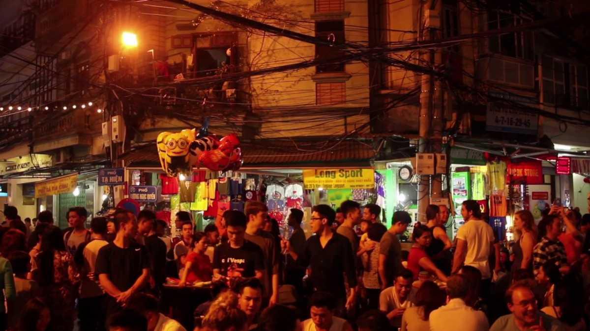 Hanoi tour in summer - Bia Hoi corner